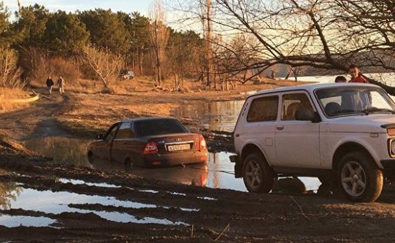 Под Симферополем Lada застряла в яме и... утонула в грязи (фото)
