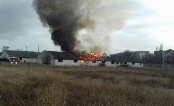 В Феодосии огонь уничтожил бывший военный склад (фото)
