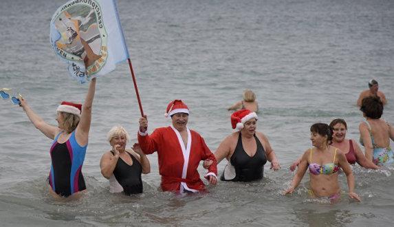 «Моржи» устроили Рождественский заплыв в Евпатории (фото)