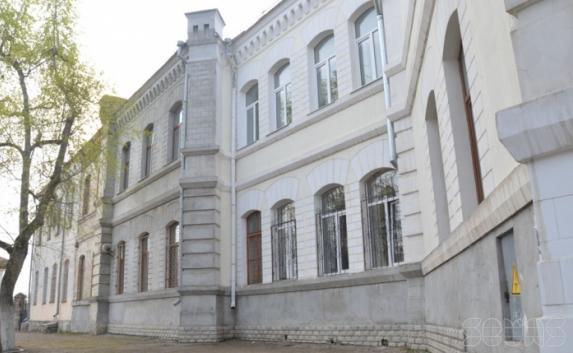В Севастопольской школе ученикам запретили снимать на видео обрушившийся потолок (видео)