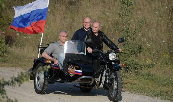 «Ночные волки» в Крыму подарили Путину вязаную шапочку