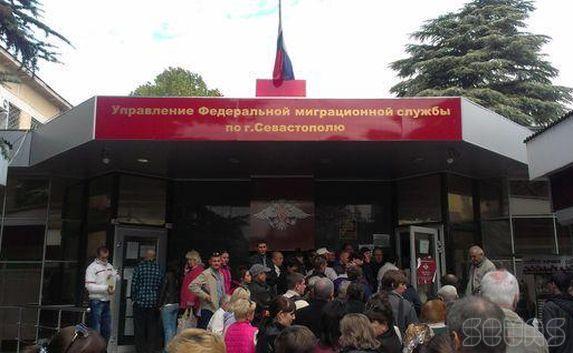 В Севастополе у дверей ФМС появились фальшивые «решалы»