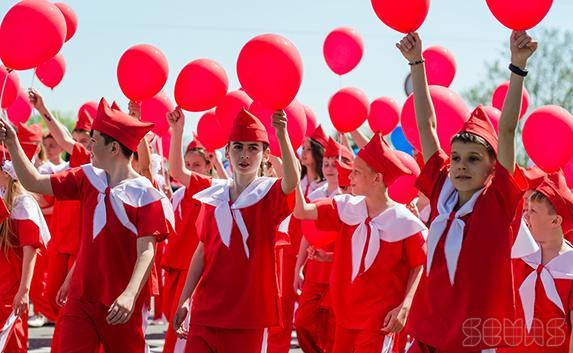 Школьники Севастополя в День детства прошли весёлым маршем