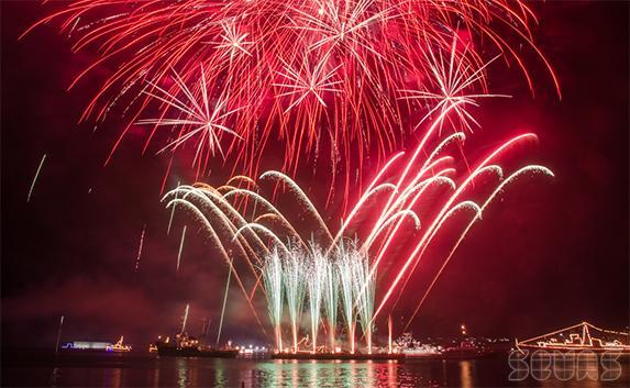 Зрелищный салют завершил День ВМФ в Севастополе. Фоторепортаж
