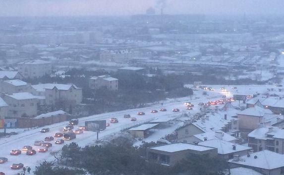 Зима снова пришла неожиданно — Севастополь «стоит» в пробках (фото)