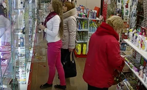 В Севастополе «дама в красном» обчистила бутик прямо под камерой (видео)